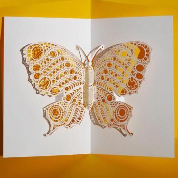 Glückwunschkarte mit Laserstanzung; 105 x 148 mm; ohne Text; Schmetterling, gelb hinterlegt; Ku: weiß, naßklebend, Spitzklappe