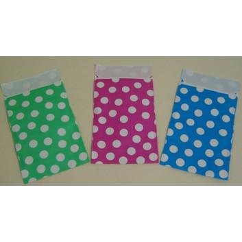Präsent-Flachbeutel aus Papier; ca. 9,5 x 14 cm / 13 x 18 cm; Punkte, weiß; grün / blau / pink; ca. 20 mm; Offset, glatt; mit Klappe; Breite x Höhe