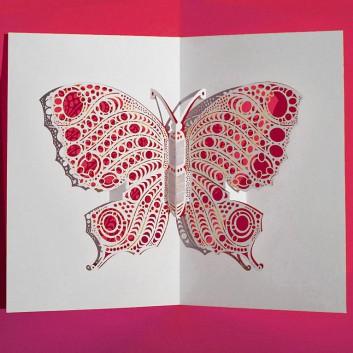 Glückwunschkarte mit Laserstanzung; 105 x 148 mm; ohne Text; Schmetterling, pink hinterlegt; Ku: weiß, naßklebend, Spitzklappe