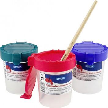 Pinselbecher mit Auslaufschutz u. Deckel; sortierte Farben: blau, grün, rot; Kunststoff; -Farbwahl nur im Abholmarkt möglich-